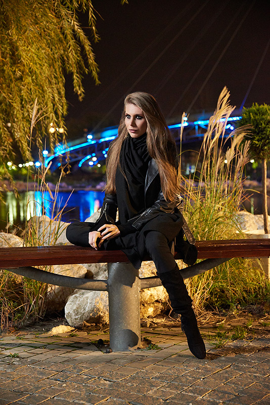 fotomodel pe banca in parc noaptea