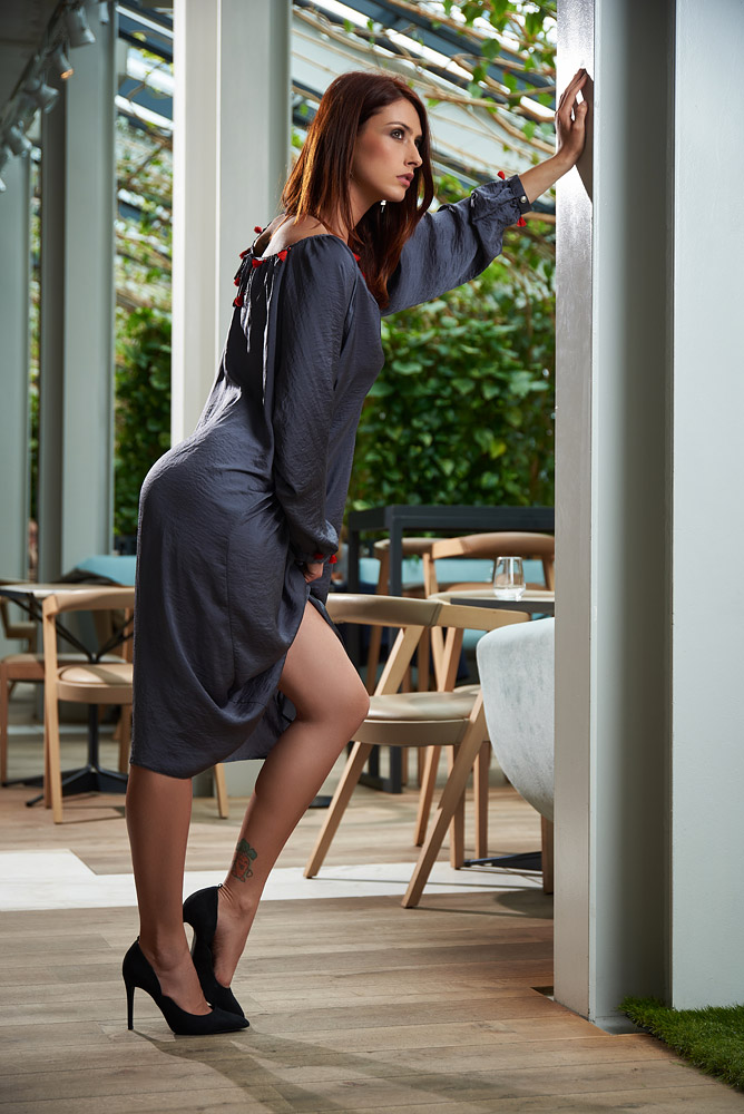 Fotomodel cu rochie creponata lunga si larga
