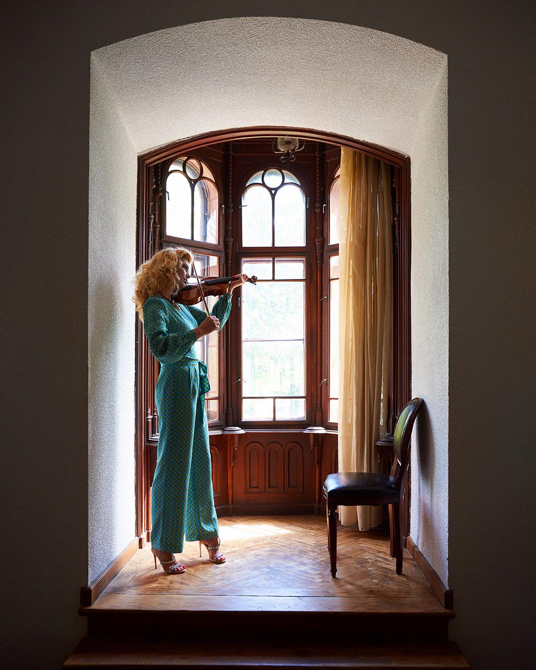 fotomodel cu vioara in foisor