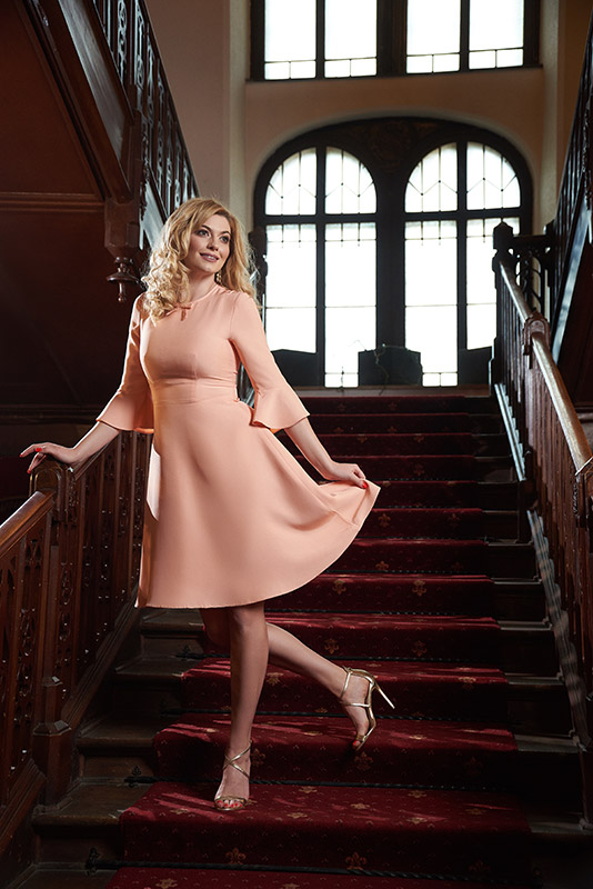 model in rochie roz la moda pe scara