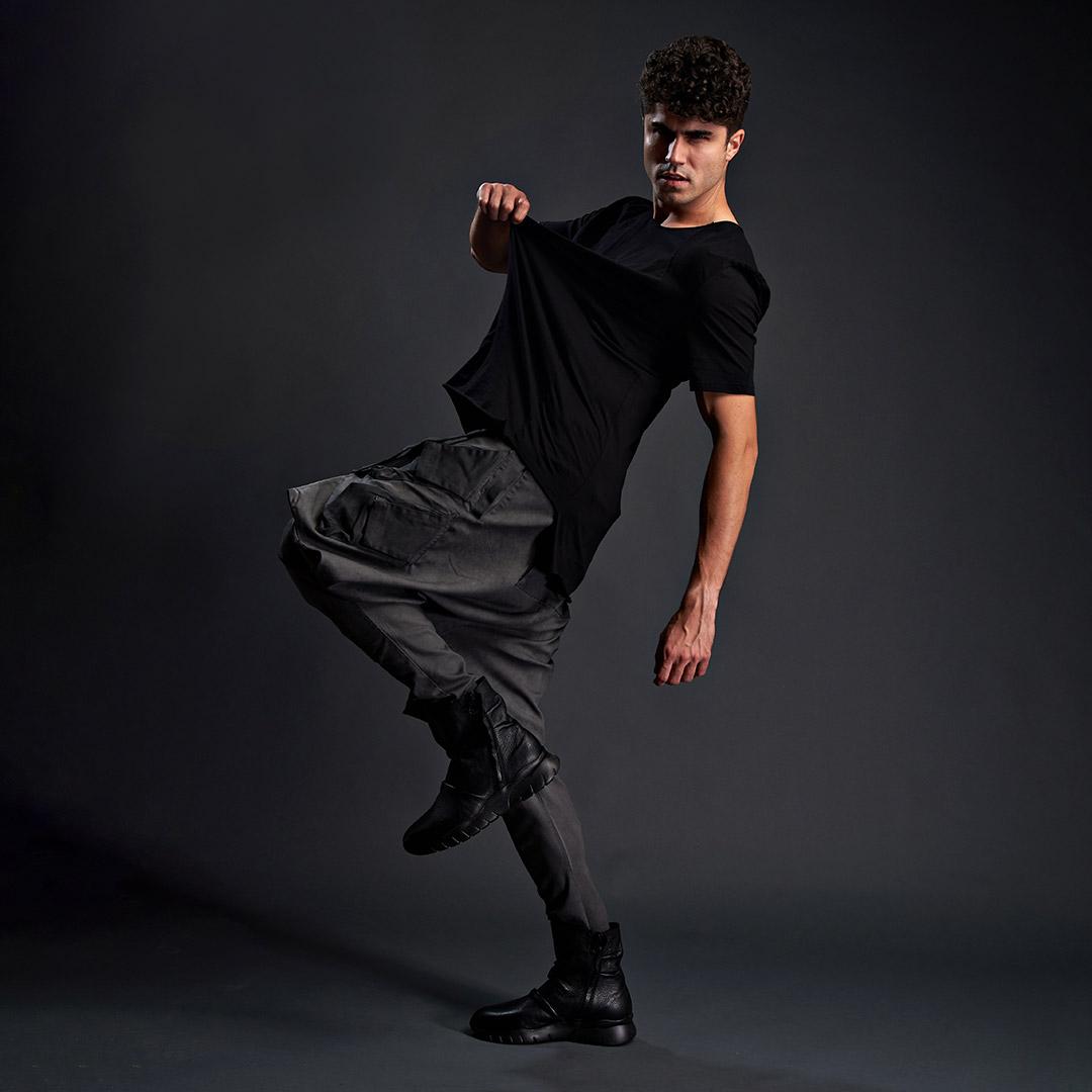 model in tricou negru
