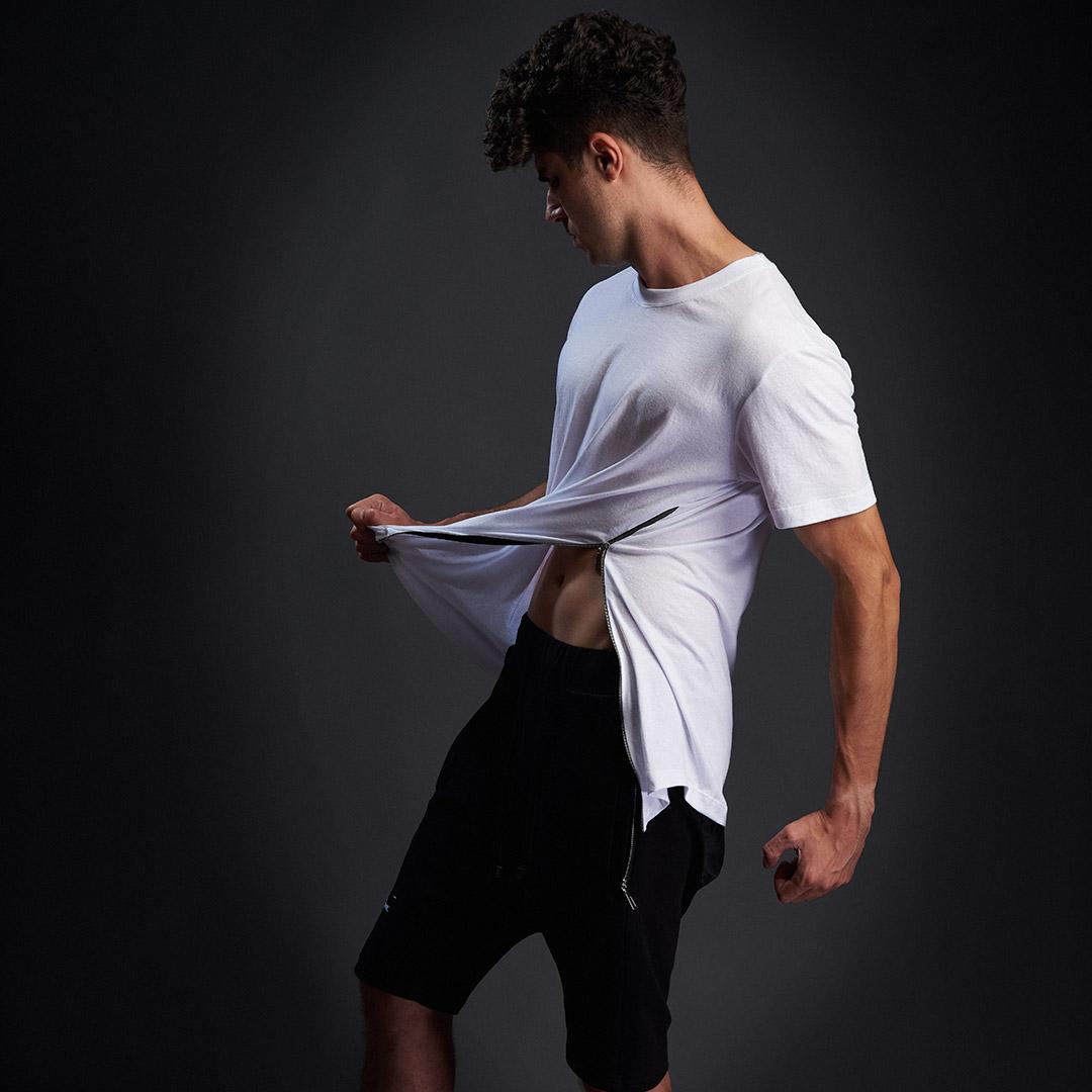 model in tricou alb cu fermoar
