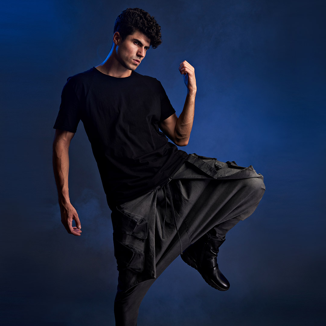 model in pantaloni cu turul jos