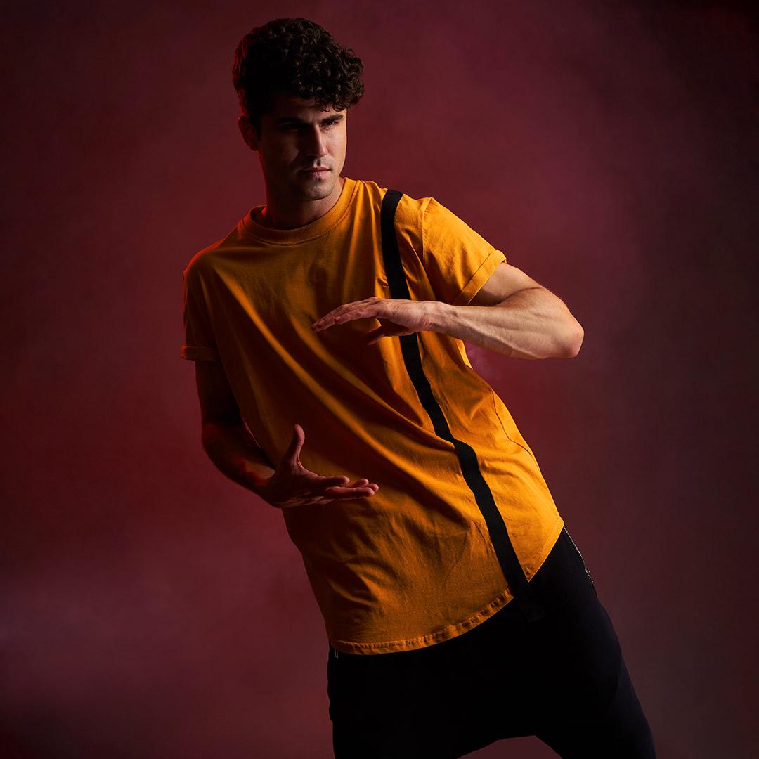fotomodel in tricou galben