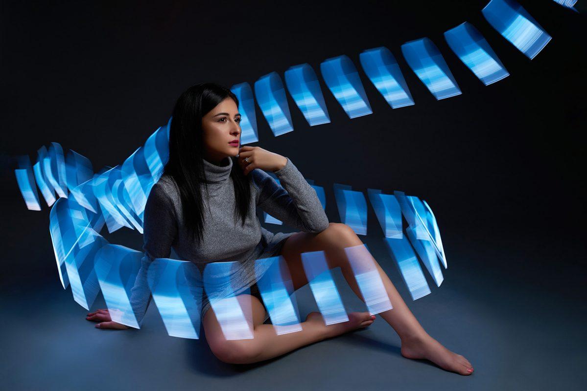 Fata imbracat in lumina obtinuta cu lamela