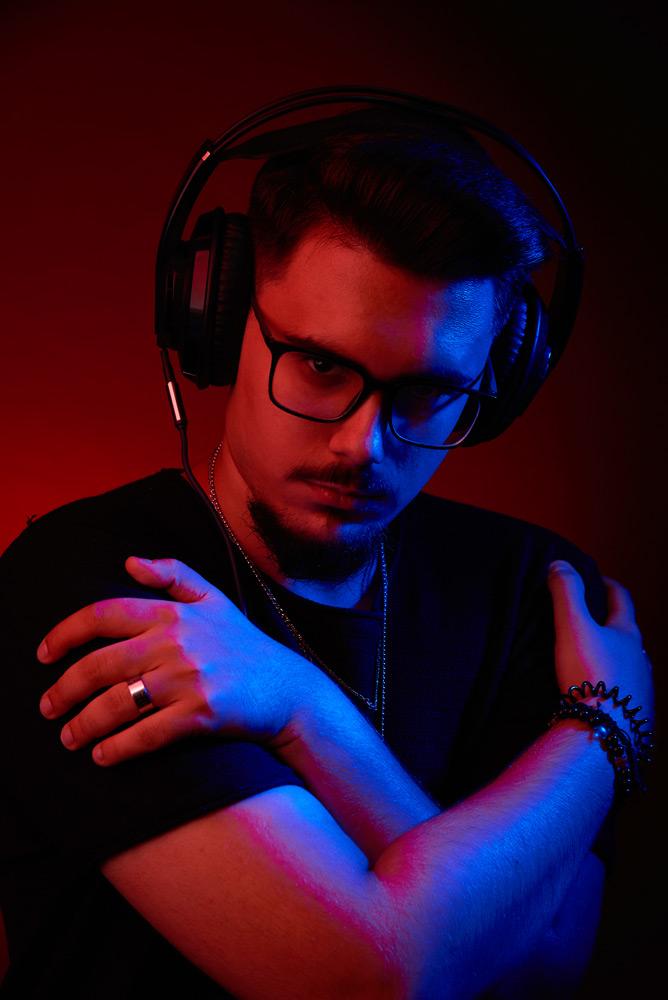 DJ cu casti in lumina de clubb