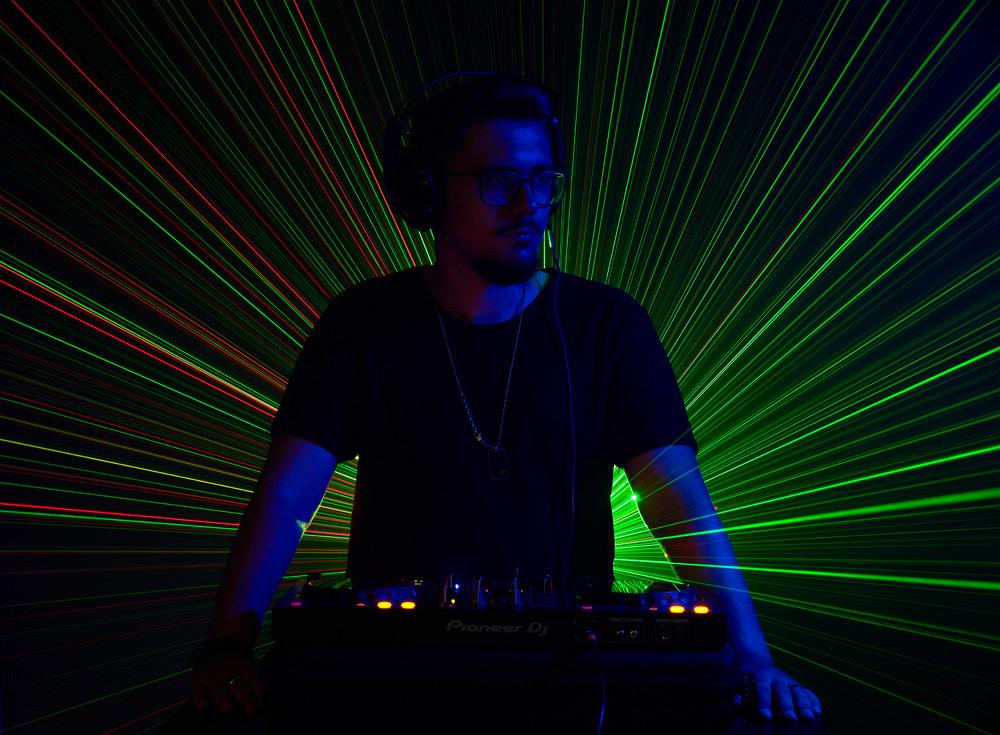 DJ cu laser in spate