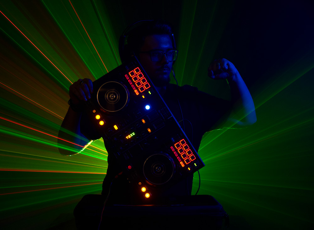 DJ cu laser in miscare in spate si consola