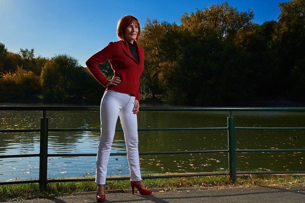 Portret in picioare de femeie in natura