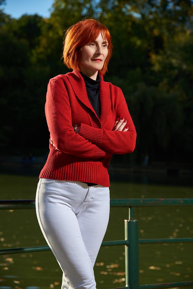 femeie in plan american in parc