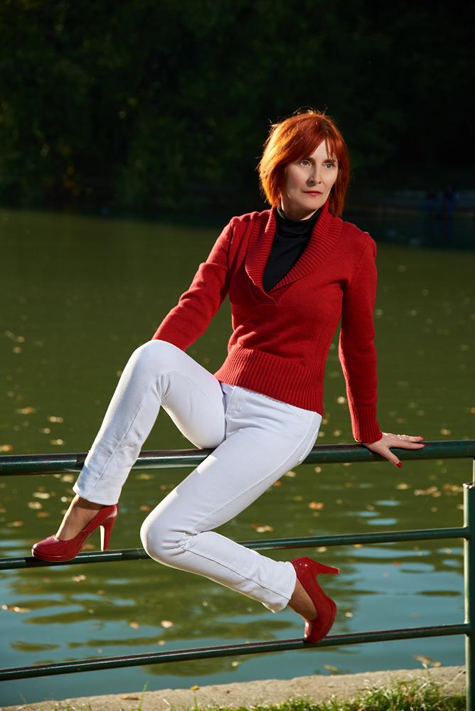 femeie pe bara in parc