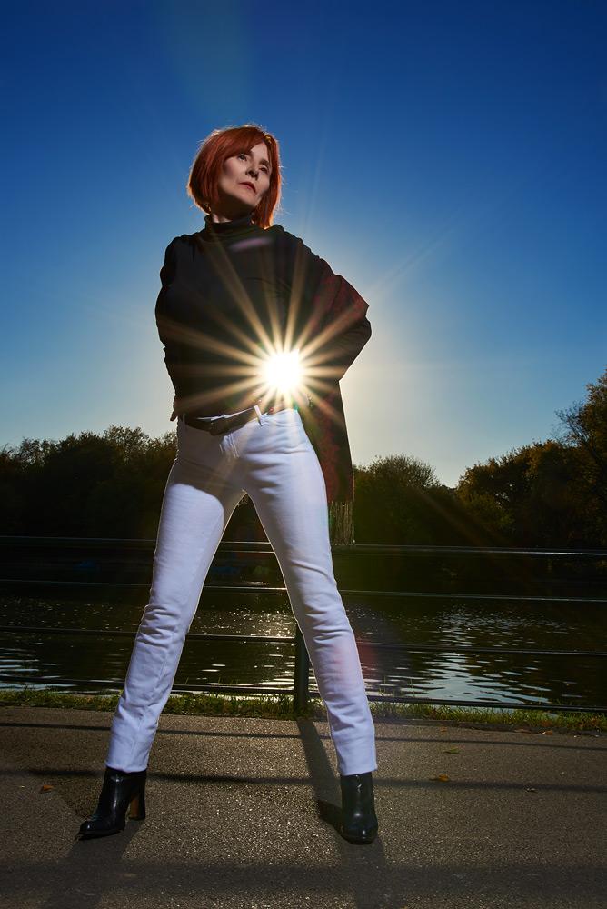 Femeie cu soare in natura