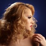 portret femeie blonda pe fundal albastru