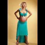 femeie blonda gravida in studio