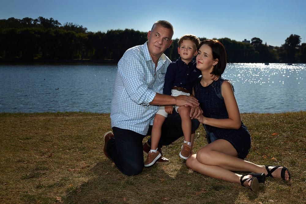 portret de familie pe marginea lacului