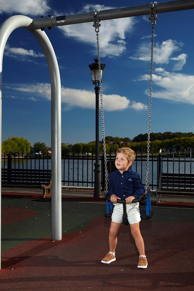 copil la leagan in parc