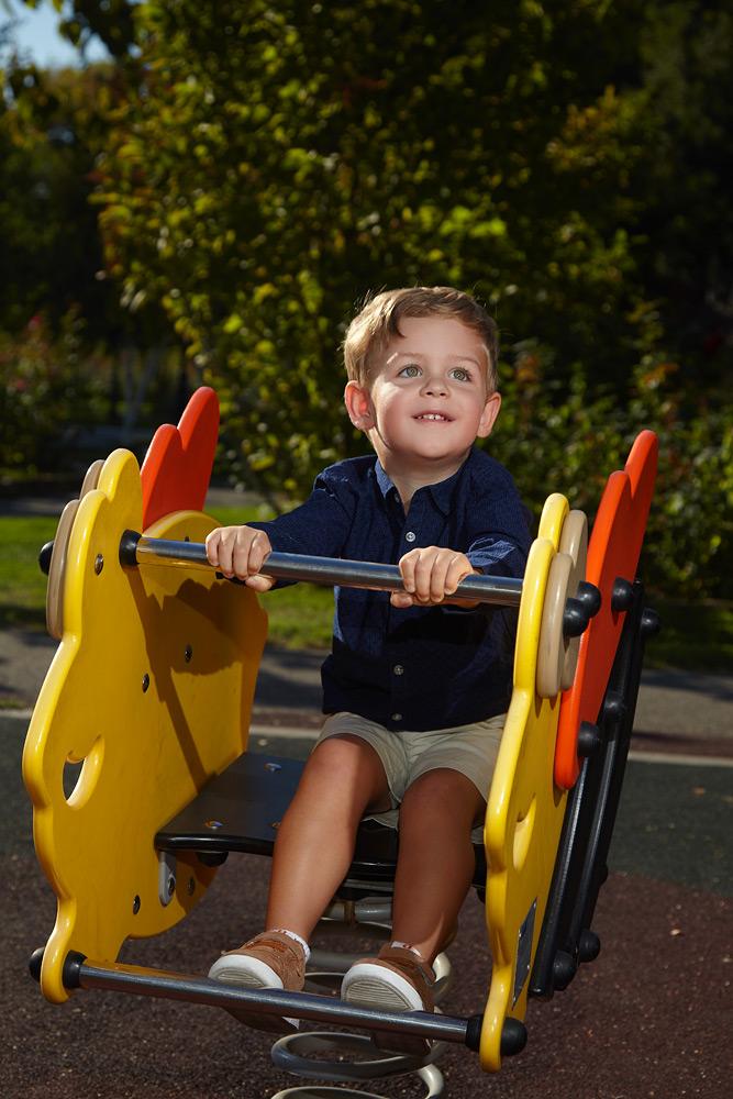 copil in balansoar cu arcuri