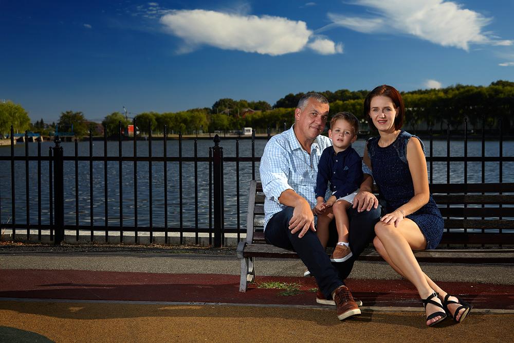 familie pe banca in parc