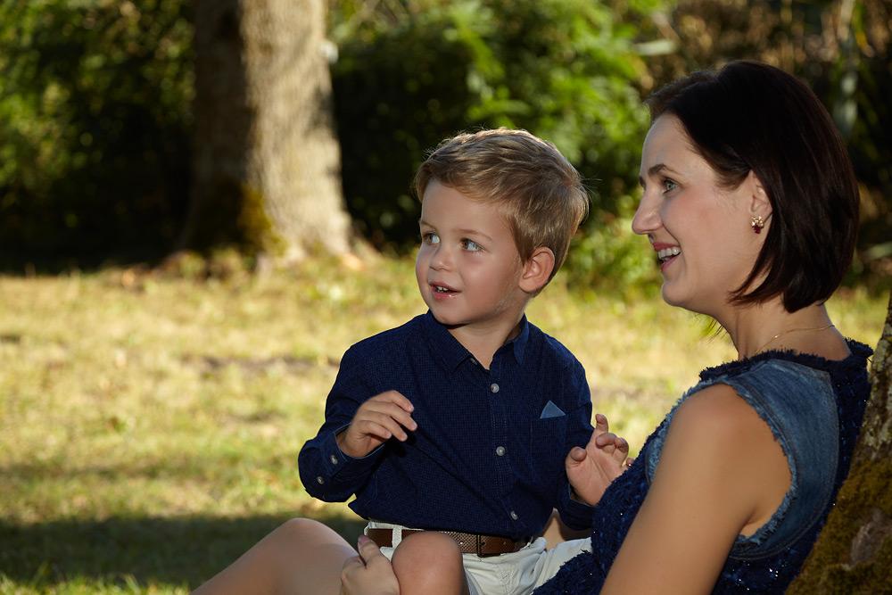 mama cu copilul stand in parc