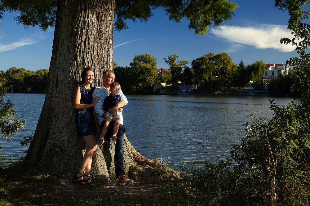 familie in aer liber pe marginea lacului