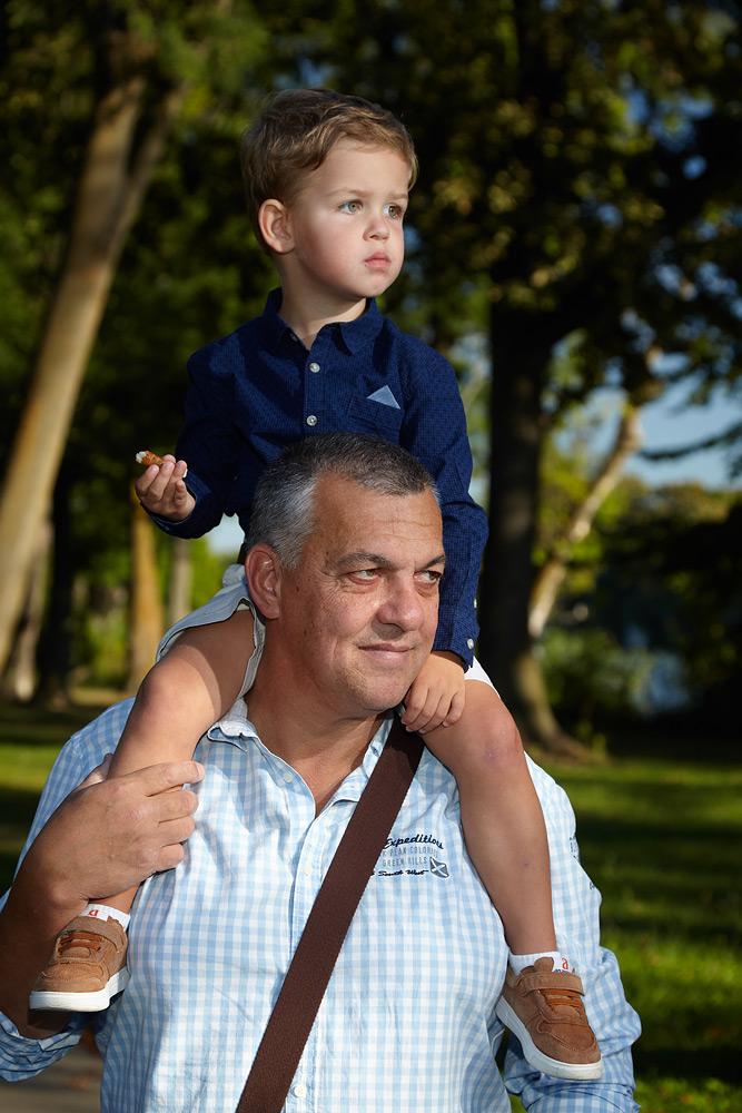 copil in carca tatalui