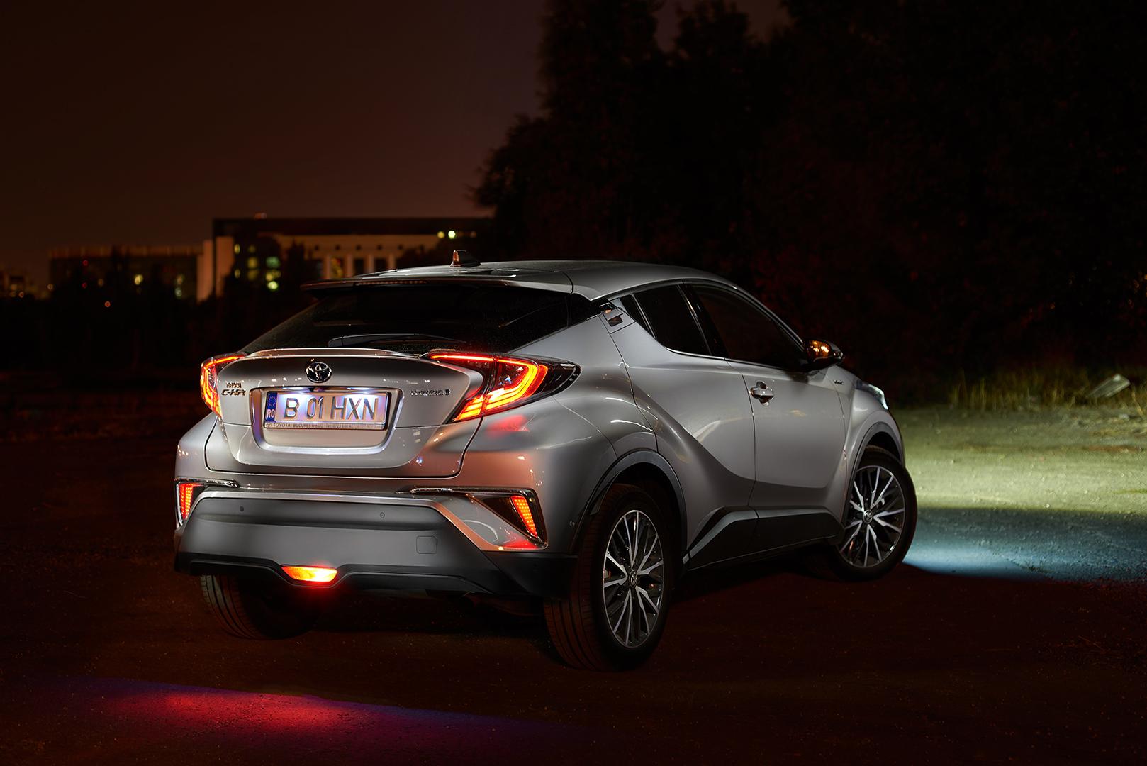 Toyota C-HR din spate imagine de noapte