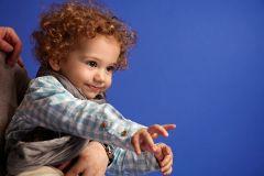 copil cu par cret in studio