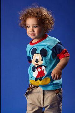 copil cu tricou cu Mickey
