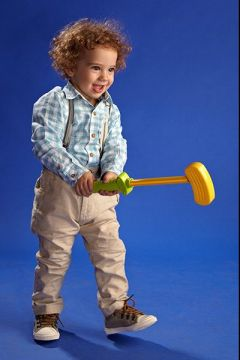 copil cu jucarie