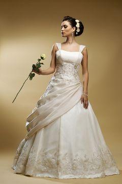 rochie de mireasa pe fundal crem
