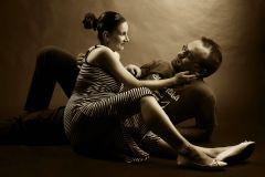 sotul si sotia gravida stand pe jos