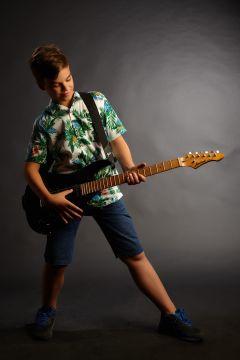 copil cu chitara electrica