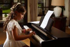 fetita exersand la pian