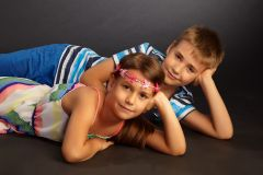Doi copii stand pe jos in studio