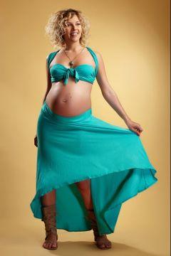 femei blonda gravida etalandu-si fusta