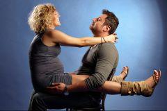 femeia insarcinata se distreaza cu sotul ei