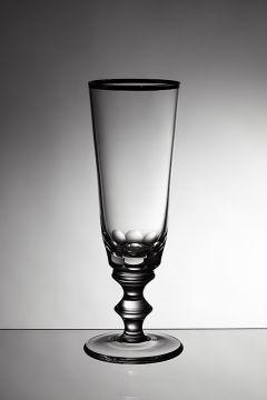 pahar de sticla fotografiat pe fundal gri