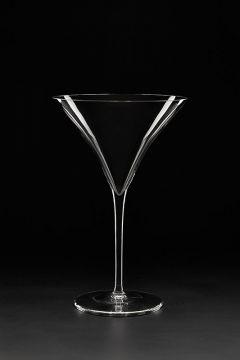 pahar de vermut pe fundal negru