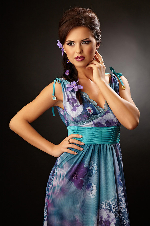 sedinta foto de portret cu femeie in rochie albastra