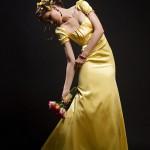 rochie lunga galbena in studio