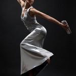 fotomodel intr-o postura dinamica