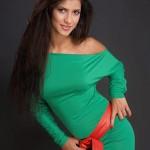 model cu par lung in rochie verde