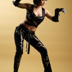 fotomodel in postura de atac