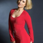 fotomodel in rochie rosie in plan american