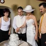 mirii taie tortul de nunta