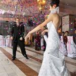 o ploaie de confetti la primul dans