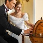 cuplu de miri planuind voiajul de nunta