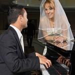 mireasa la pian urmarindu-si sotul