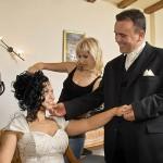 mireasa pregatindu-se de nunta