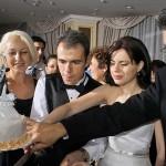 mirii impreuna cu nasii taie tortul de nunta
